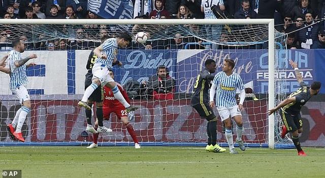 """Thua sốc """"tí hon"""", Juventus lỡ hẹn với chức vô địch sớm - 4"""