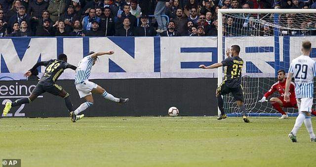 """Thua sốc """"tí hon"""", Juventus lỡ hẹn với chức vô địch sớm - 6"""