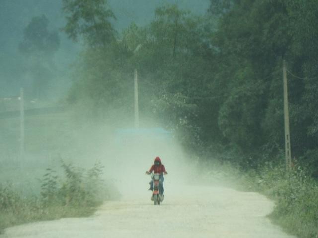 Hơn 10 năm sống mòn vì ô nhiễm, người dân phẫn nộ chặn xe tải vào mỏ! - 1