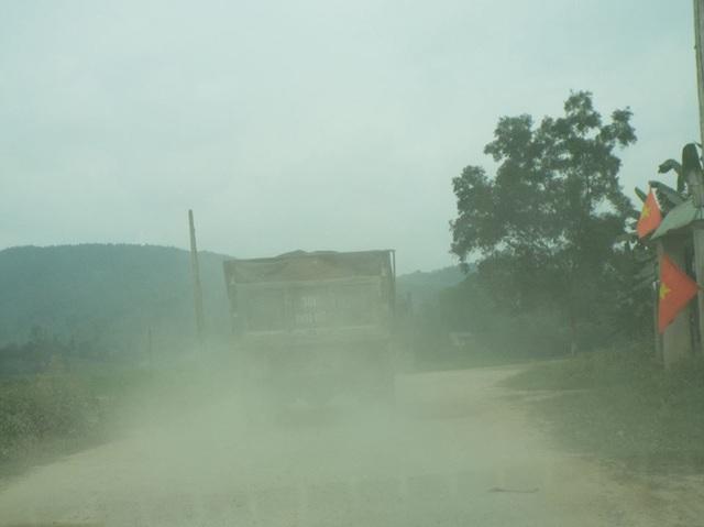 Hơn 10 năm sống mòn vì ô nhiễm, người dân phẫn nộ chặn xe tải vào mỏ! - 4