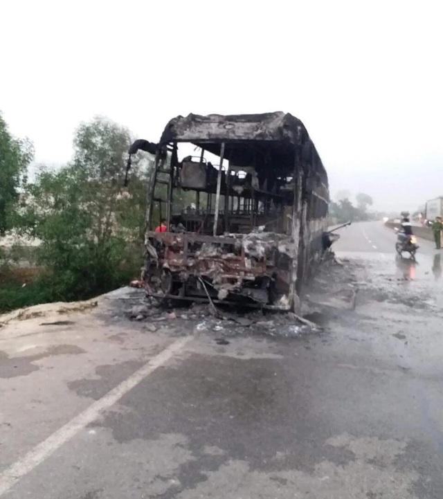 Xe giường nằm cháy trơ khung, 30 hành khách may mắn thoát nạn - 1