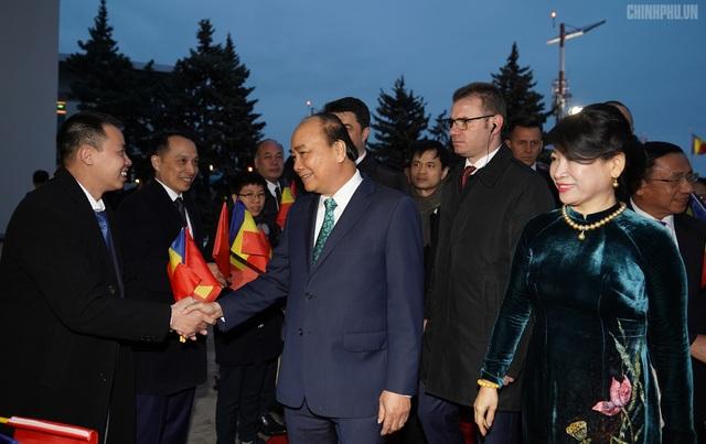Thủ tướng đến Bucharest, bắt đầu thăm chính thức Romania - 2