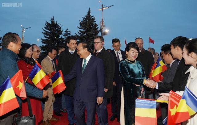 Thủ tướng đến Bucharest, bắt đầu thăm chính thức Romania - 3