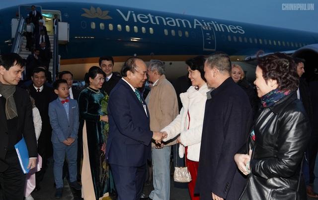 Thủ tướng đến Bucharest, bắt đầu thăm chính thức Romania - 5