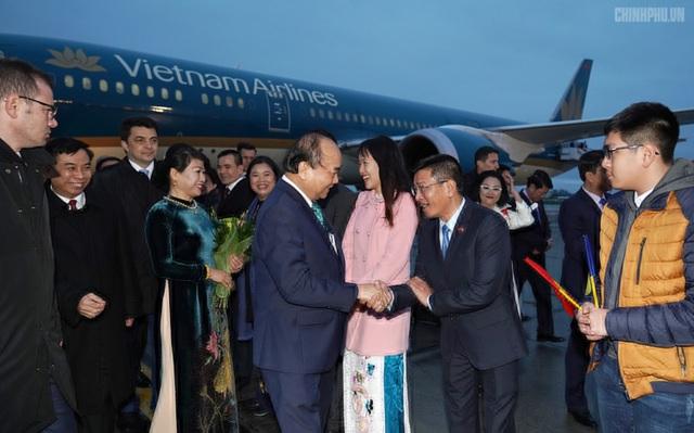 Thủ tướng đến Bucharest, bắt đầu thăm chính thức Romania - 6
