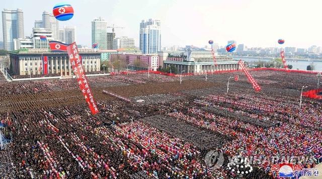 Hàng nghìn người Triều Tiên tuần hành chúc mừng Chủ tịch Kim Jong-un - 1