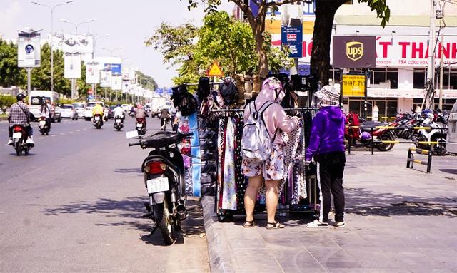 TPHCM: Người dân chật vật qua kỳ nghỉ trong cái nắng đổ lửa - 2