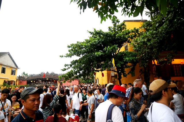 Du khách đến Hội An dịp giỗ tổ Hùng Vương