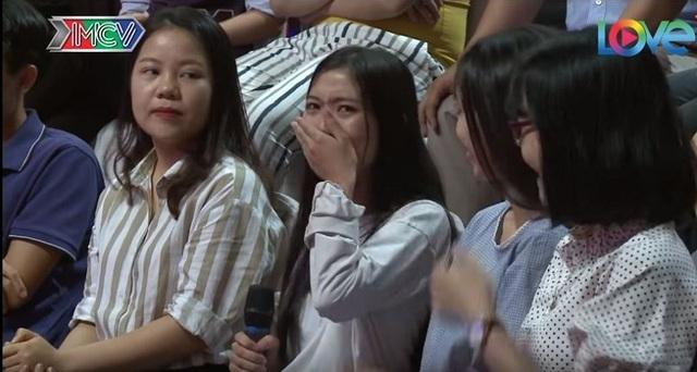 Em gái bật khóc trên sóng truyền hình khi thấy chị lần đầu hẹn hò - 1