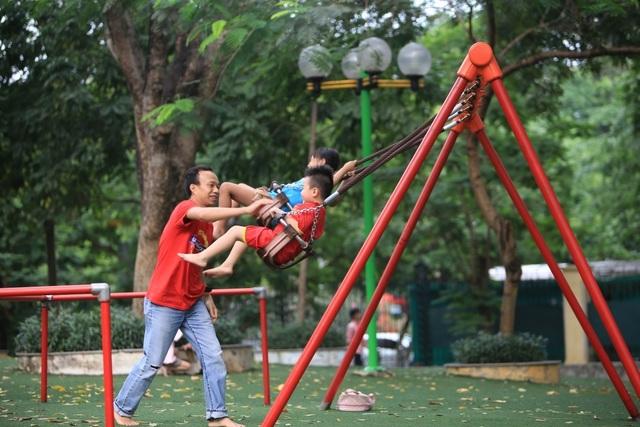 Vườn thú, công viên Hà Nội đông nghịt người trong ngày nghỉ lễ - 9
