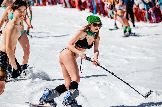 Mặc cái lạnh 15 độ C, hàng trăm cô gái xinh diện bikini trượt tuyết ở Nga - Ảnh minh hoạ 6