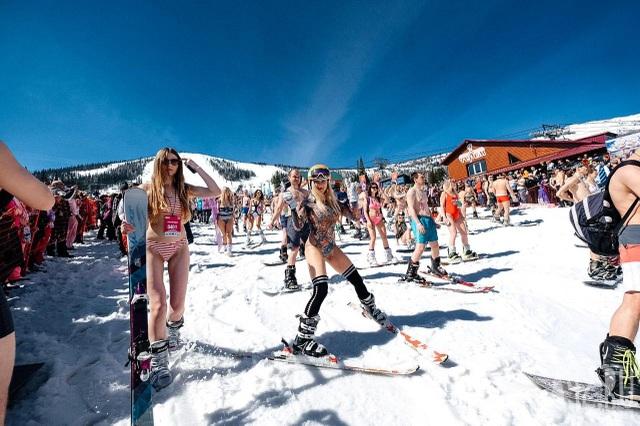 Mặc cái lạnh 15 độ C, hàng trăm cô gái xinh diện bikini trượt tuyết ở Nga - 8