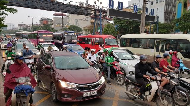 Dòng người đội mưa đổ về Hà Nội cuối ngày nghỉ lễ Giỗ Tổ - 1