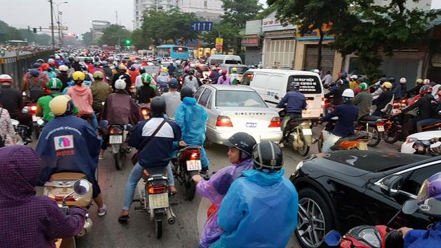 Dòng người đội mưa đổ về Hà Nội cuối ngày nghỉ lễ Giỗ Tổ - 8