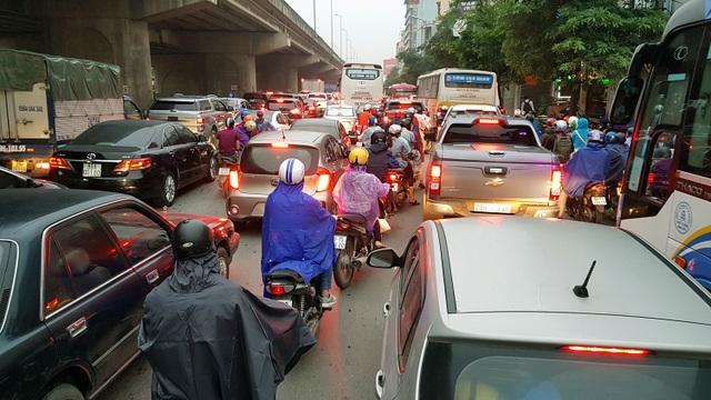 Dòng người đội mưa đổ về Hà Nội cuối ngày nghỉ lễ Giỗ Tổ - 6