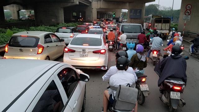 Dòng người đội mưa đổ về Hà Nội cuối ngày nghỉ lễ Giỗ Tổ - 5