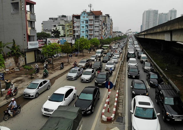 Dòng người đội mưa đổ về Hà Nội cuối ngày nghỉ lễ Giỗ Tổ - 13