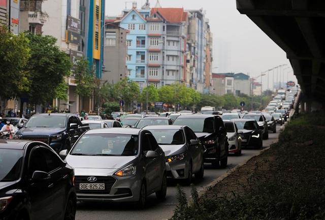 Dòng người đội mưa đổ về Hà Nội cuối ngày nghỉ lễ Giỗ Tổ - 4