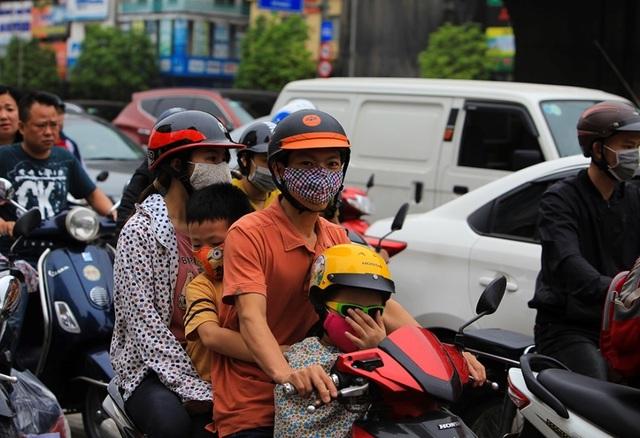 Dòng người đội mưa đổ về Hà Nội cuối ngày nghỉ lễ Giỗ Tổ - 10