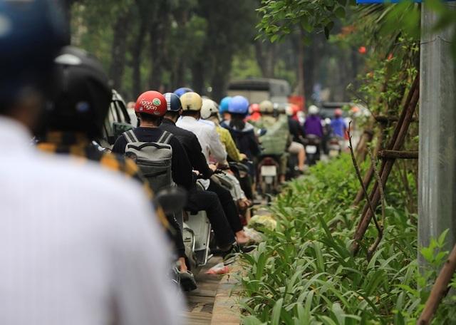 Dòng người đội mưa đổ về Hà Nội cuối ngày nghỉ lễ Giỗ Tổ - 15