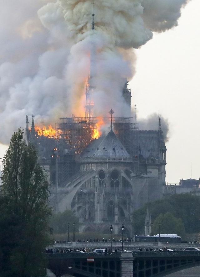Tháp chuông Nhà thờ Đức Bà Paris đổ sập trong vụ cháy khủng khiếp - 4