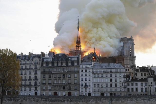 Tháp chuông Nhà thờ Đức Bà Paris đổ sập trong vụ cháy khủng khiếp - 2