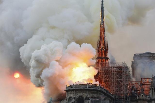 Tháp chuông Nhà thờ Đức Bà Paris đổ sập trong vụ cháy khủng khiếp - 3