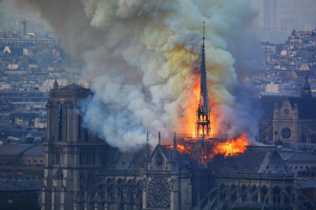 Tháp chuông Nhà thờ Đức Bà Paris đổ sập trong vụ cháy khủng khiếp - 1