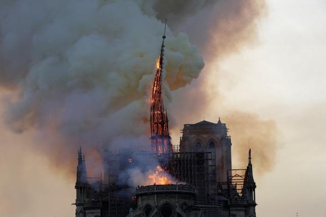 Tháp chuông Nhà thờ Đức Bà Paris đổ sập trong vụ cháy khủng khiếp - 7