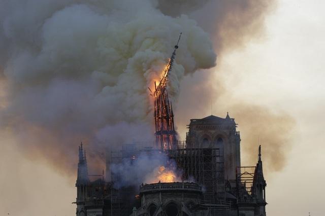 Tháp chuông Nhà thờ Đức Bà Paris đổ sập trong vụ cháy khủng khiếp - 8