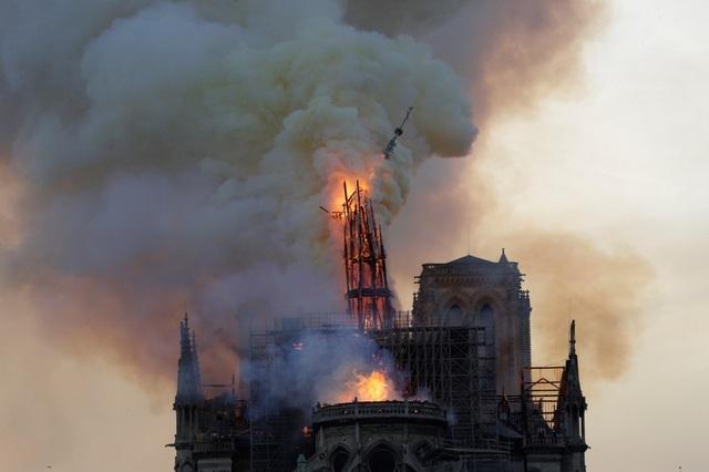 Tháp chuông Nhà thờ Đức Bà Paris đổ sập trong vụ cháy khủng khiếp - 9