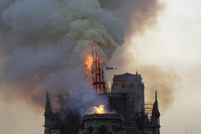 Tháp chuông Nhà thờ Đức Bà Paris đổ sập trong vụ cháy khủng khiếp - 10