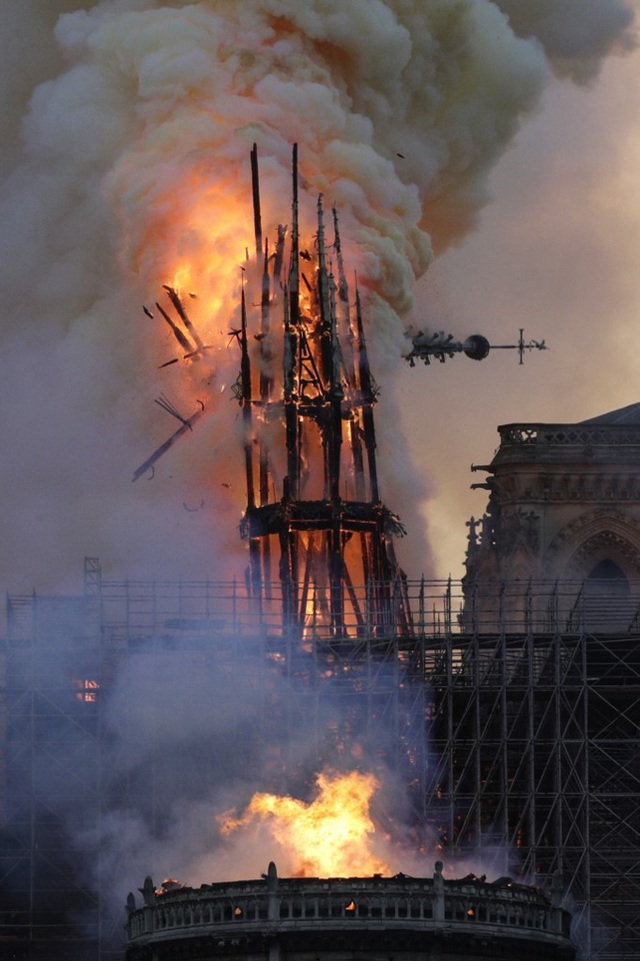 Tháp chuông Nhà thờ Đức Bà Paris đổ sập trong vụ cháy khủng khiếp - 11