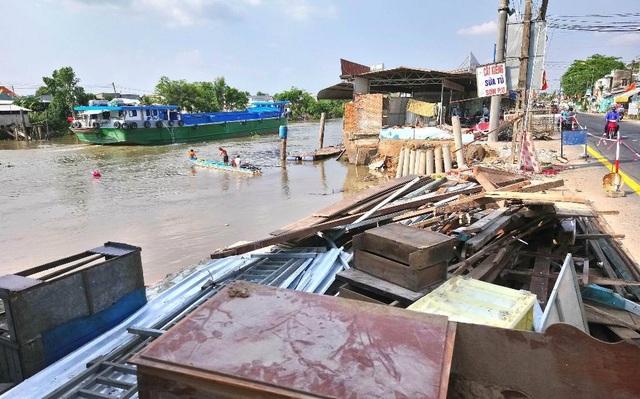 Sạt lở, 4 căn nhà bị trôi sông, thiệt hại tiền tỷ - 1