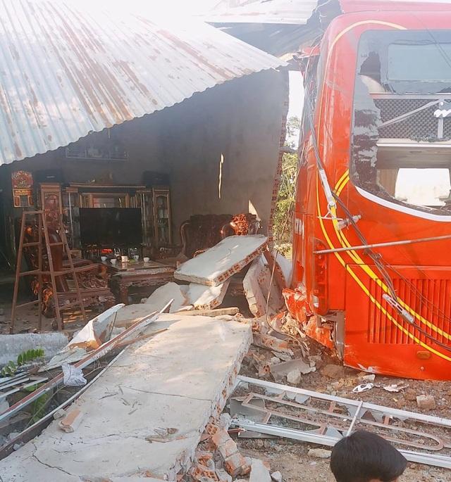 Xe khách tuột dốc làm sập nhà dân, 5 người may mắn thoát chết trong gang tấc - 1