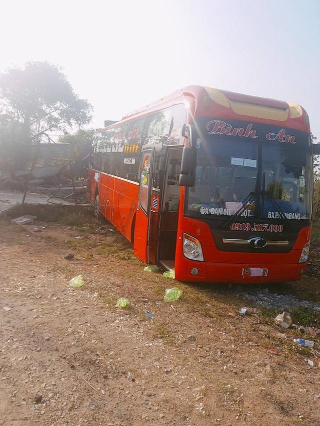 Xe khách tuột dốc làm sập nhà dân, 5 người may mắn thoát chết trong gang tấc - 2