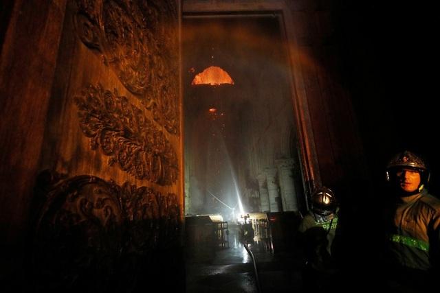 Những hình ảnh đầu tiên bên trong Nhà thờ Đức Bà Paris sau hỏa hoạn dữ dội - 6
