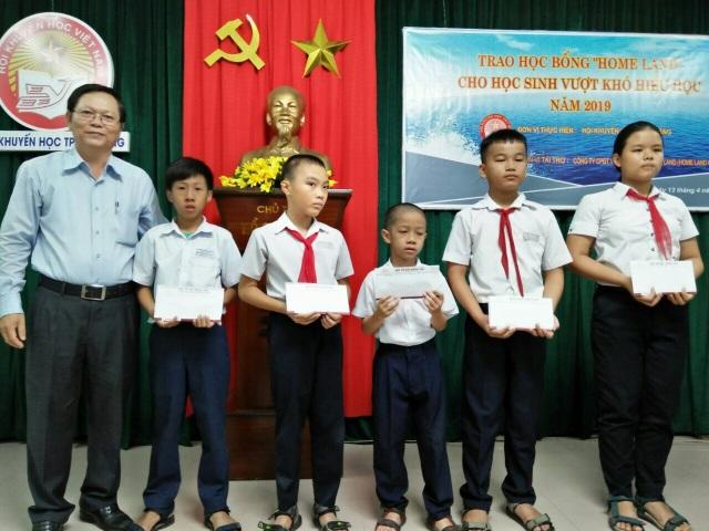 Đà Nẵng: Trao 200 triệu đồng học bổng hỗ trợ học sinh vượt khó - 1