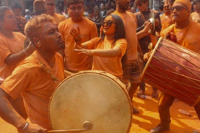 Bình minh đỏ: Lễ hội Sindoor Jatra ở Nepal - Ảnh minh hoạ 3