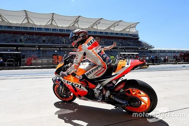 Alex Rins thắng ấn tượng trong ngày Marquez gặp tai nạn - 1