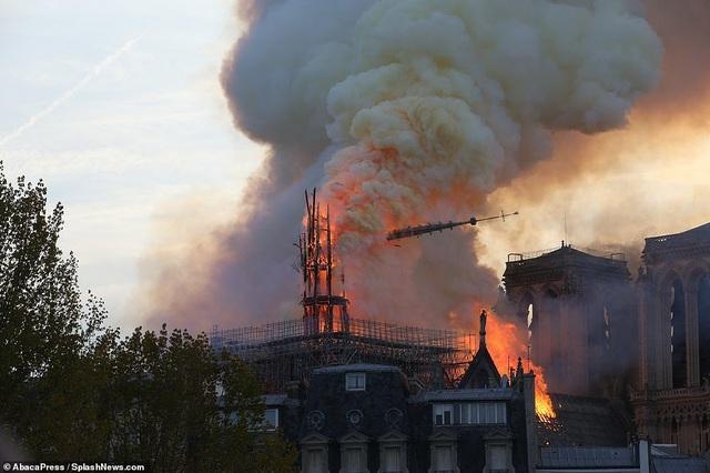 Pháp: Nhà thờ Đức Bà Paris chìm trong biển lửa - 10