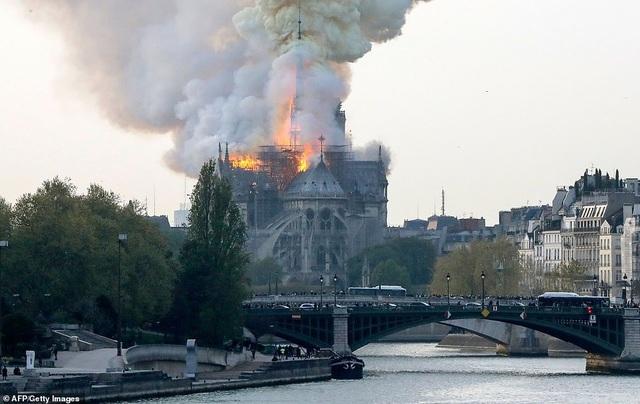 Pháp: Nhà thờ Đức Bà Paris chìm trong biển lửa - 3