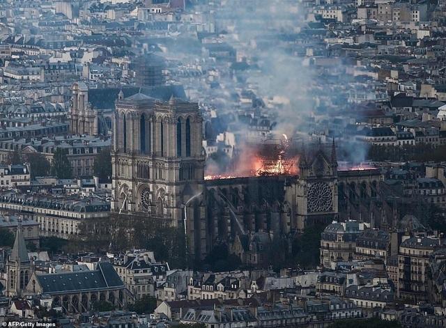 Pháp: Nhà thờ Đức Bà Paris chìm trong biển lửa - 6