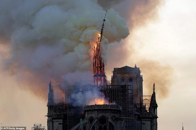 Pháp: Nhà thờ Đức Bà Paris chìm trong biển lửa - 8