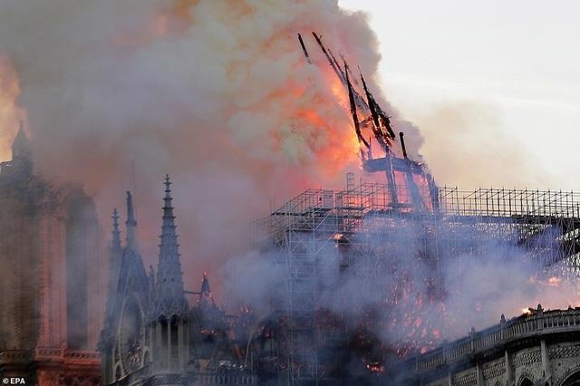 Pháp: Nhà thờ Đức Bà Paris chìm trong biển lửa - 9
