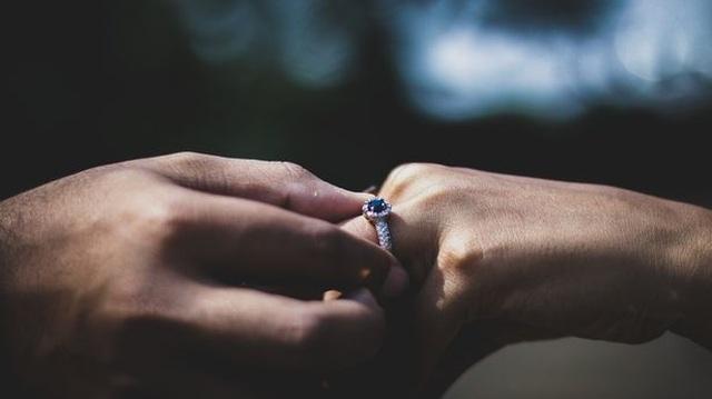 Cô dâu tương lai sốc vì bạn trai cầu hôn bằng nhẫn định dành cho người cũ - 1