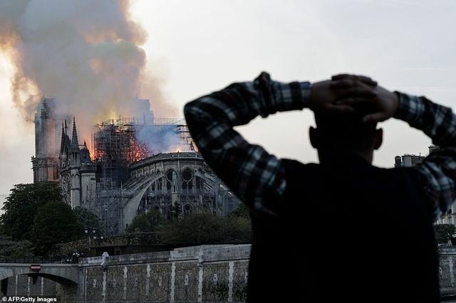 Hiện trường vụ hỏa hoạn kinh hoàng tàn phá nhà thờ Đức Bà Paris - 19