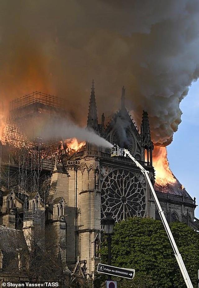 Hiện trường vụ hỏa hoạn kinh hoàng tàn phá nhà thờ Đức Bà Paris - 22