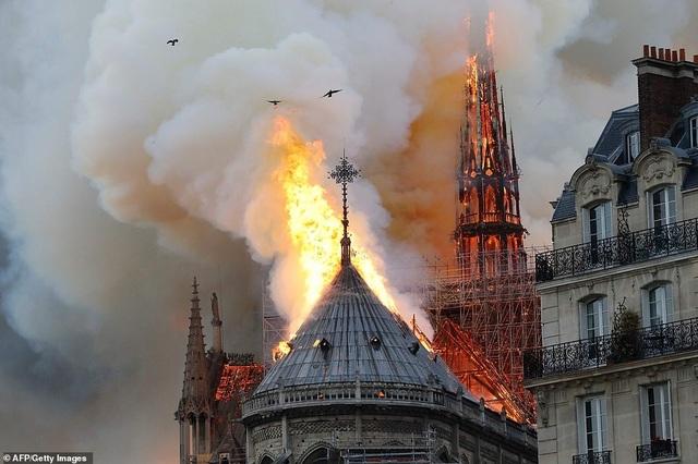 Hiện trường vụ hỏa hoạn kinh hoàng tàn phá nhà thờ Đức Bà Paris - 10