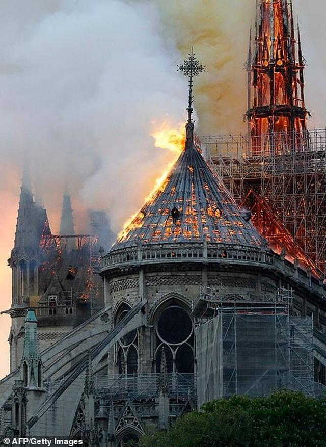 Hiện trường vụ hỏa hoạn kinh hoàng tàn phá nhà thờ Đức Bà Paris - 20